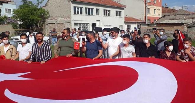 ROMANLARDAN TÜRK BAYRAKLARI İLE PROTESTO EYLEMİ