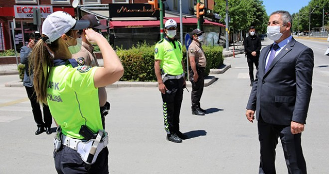 GÖREV BAŞINDAKİ POLİSLERİN BAYRAMI KUTLANDI