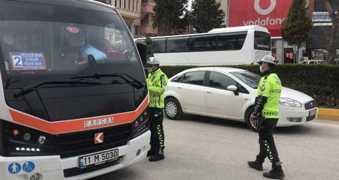 BOZÜYÜK'TE TRAFİK POLİSLERİNDEN KORONA DENETİMİ