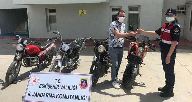 ÇALINAN 4 MOTOSİKLET SAHİPLERİNE TESLİM ETTİ