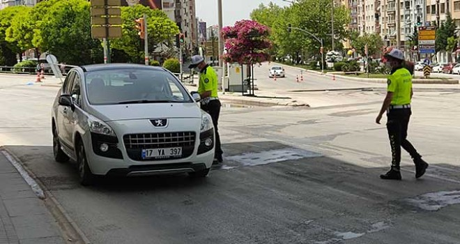 POLİS EKİPLERİ KONTROLLERE ARA VERMİYOR